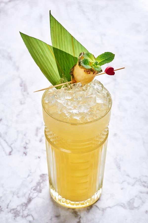 MAI tai - hawaiisches Cocktail des klassischen Alkohollongdrinks am wei?en Marmorhintergrund stockfoto