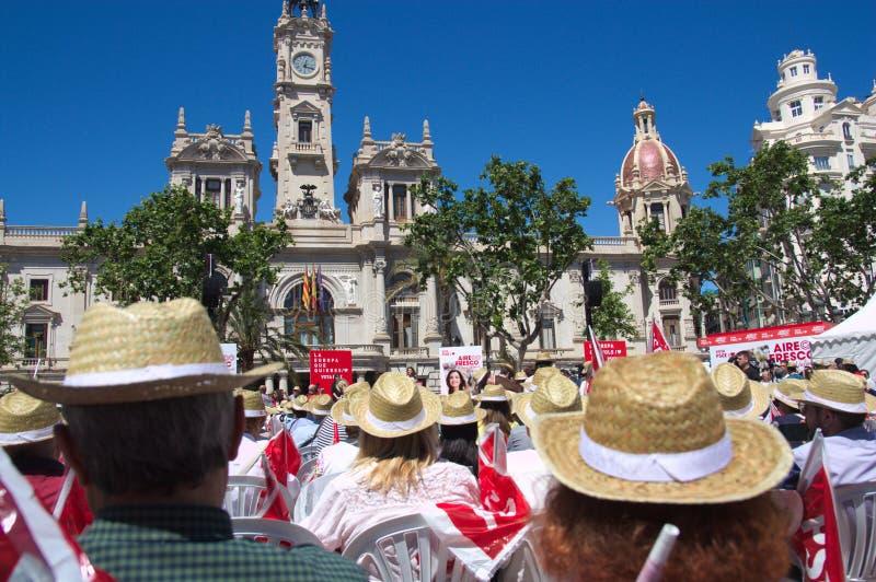 Mai 2019 Valencia, Spanien Eine Sitzung von den Leuten, zum auf eine Rede in der Stadt Hall Square zu hören stockbilder