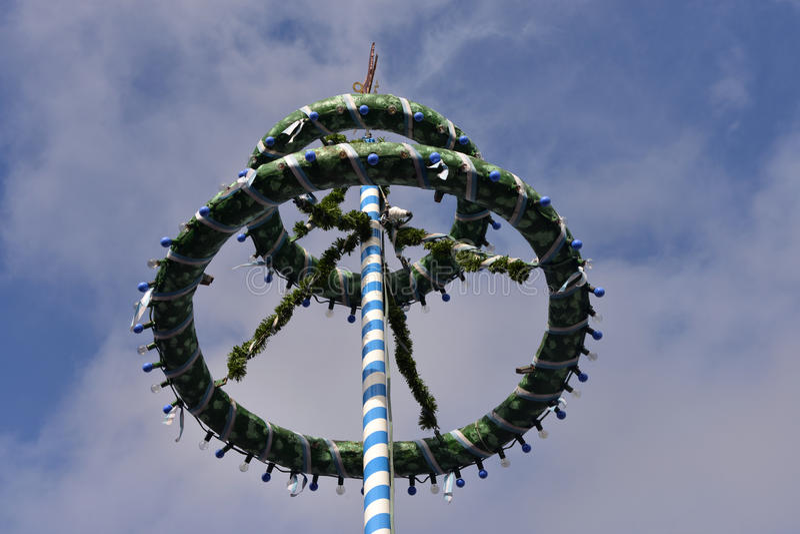 Maibaum bávaro ou Maypole em Oktoberfest imagem de stock royalty free