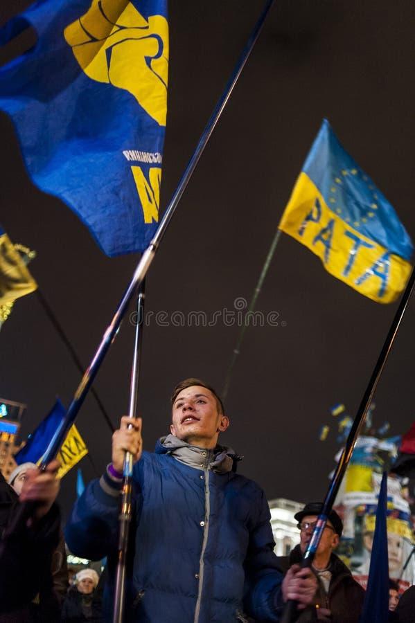 Maidan - giovane attivista con la bandiera del partito nazionalistico svoboda fotografie stock