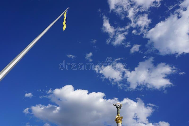 Maidan, Khreshchatyk, Киев, Украина Украинский желт-голубой флаг стоковое изображение