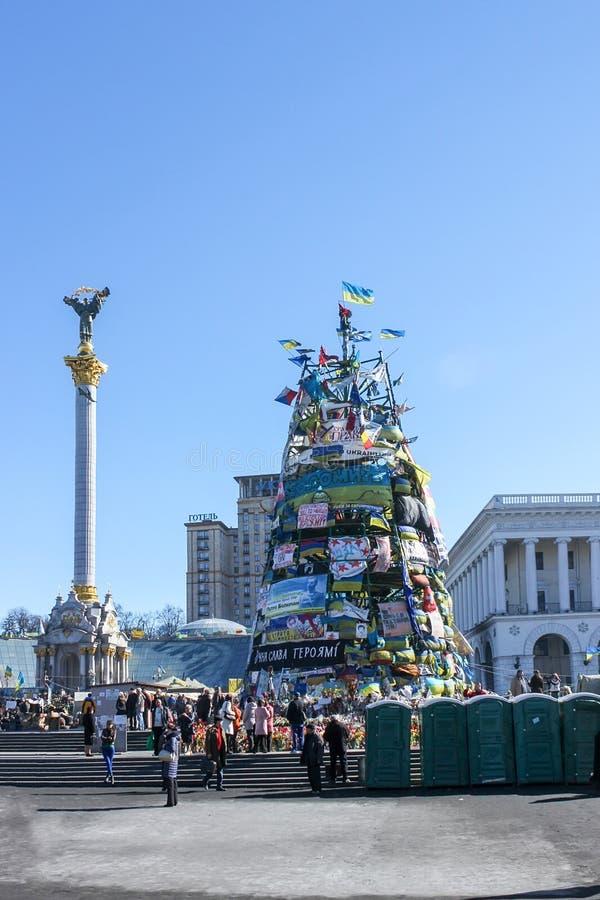 Maidan Nezalezhnosti, δέντρο που διακοσμείται με τις σημαίες και τις αφίσες κατά τη διάρκεια της The Times Euromaidan στοκ εικόνες