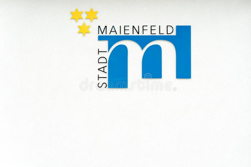 Maienfeld, GR/die Schweiz - 9. Juni 2019: Stadtsymbol und Flagge des Dorfs von Maienfeld mit deutscher Textlesung lizenzfreie stockfotos
