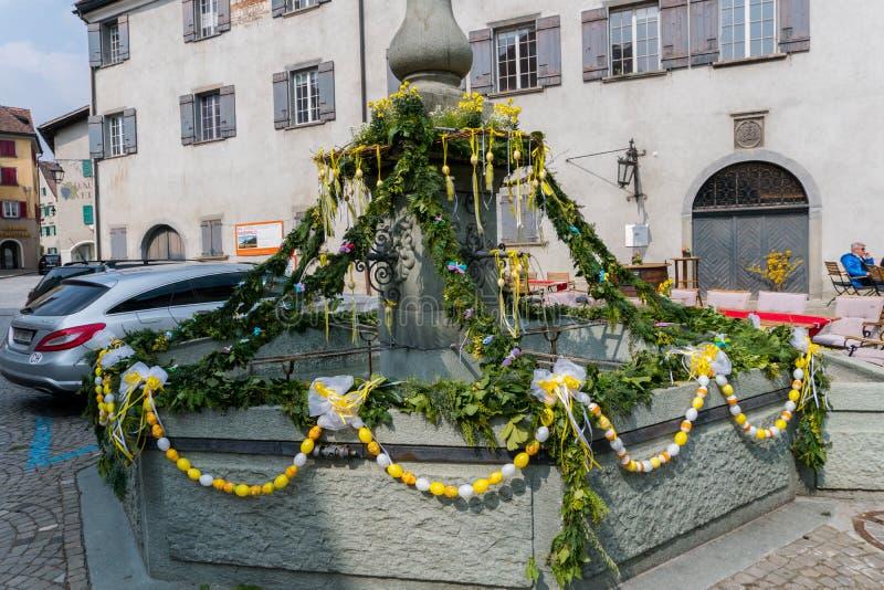 Maienfeld, GR/Suisse - 1er avril §3, 2019 : décorations de fête pour des vacances de Pâques sur les fontaines de village de images libres de droits