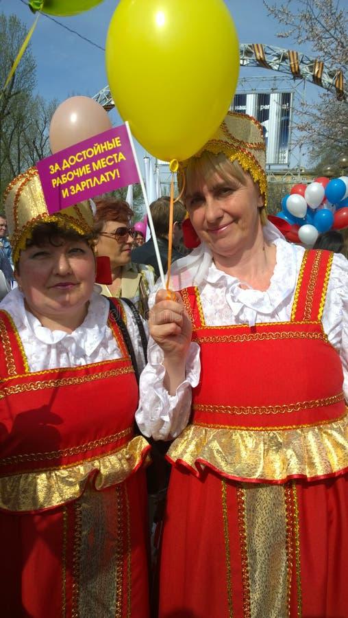 Maifeiertag in Russland-Frauen in den nationalen Kostümen an der Demonstration lizenzfreie stockfotografie