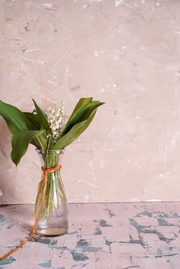 Maiglöckchen blüht im Glasvase, schwarzer Hintergrund, selektiver Fokus lizenzfreie stockbilder