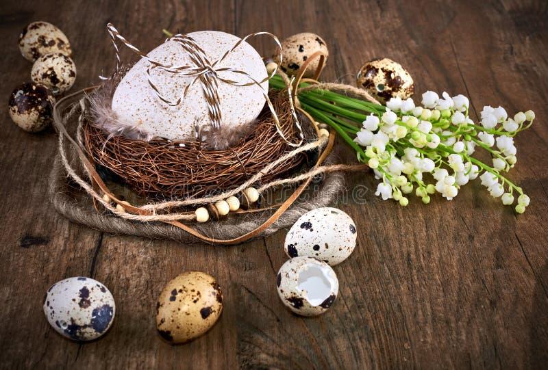 Maiglöckchen- und Ostern-Dekorationen auf altem Eichenholz lizenzfreie stockfotografie