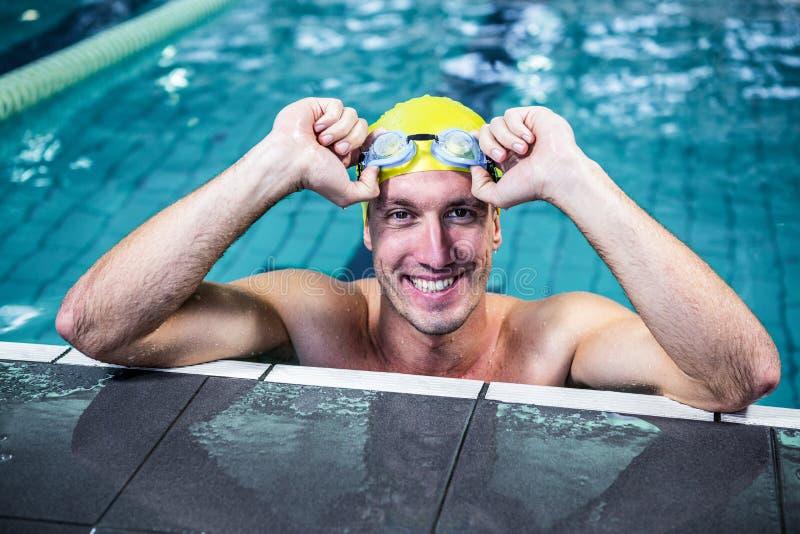 Maigre convenable de nageur sur le bord de la piscine images stock