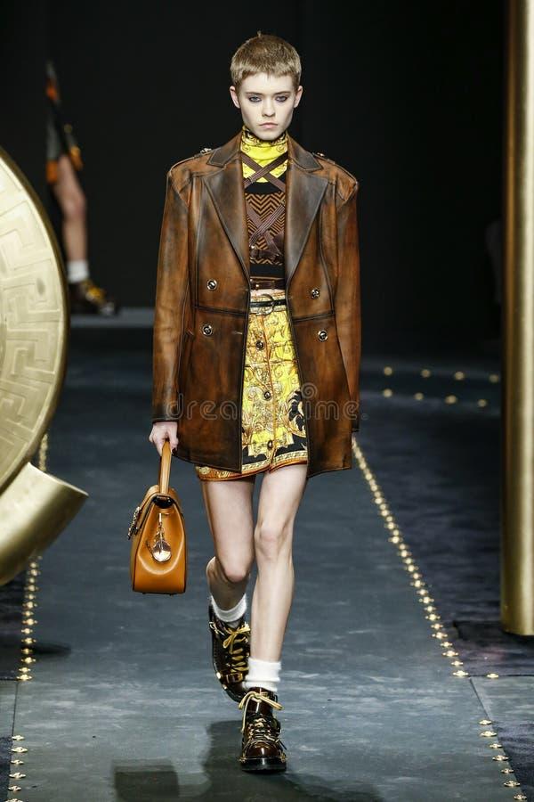 Maike Inga spacery pas startowy przy Versace przedstawieniem przy Mediolańską moda tygodnia jesienią, zimą/2019/20 obrazy stock