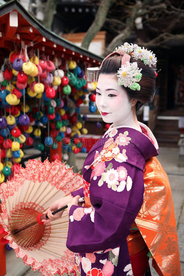 Maiko à Kyoto avec le parapluie image stock