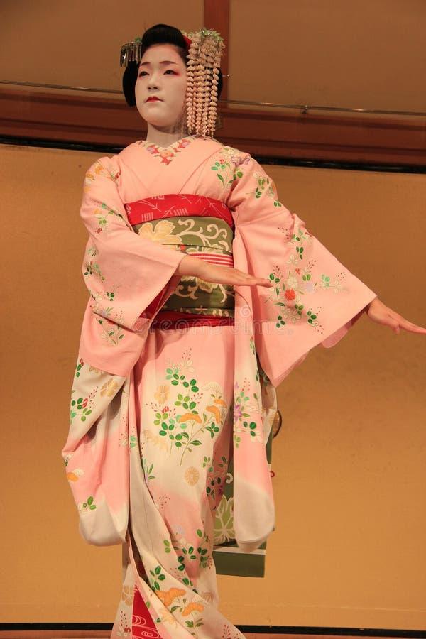 Maiko выполняя танец Kyomai стоковые фото