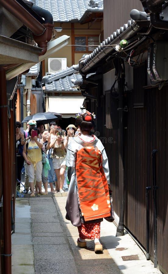 Maiko che cammina in via di Kyoto immagine stock libera da diritti