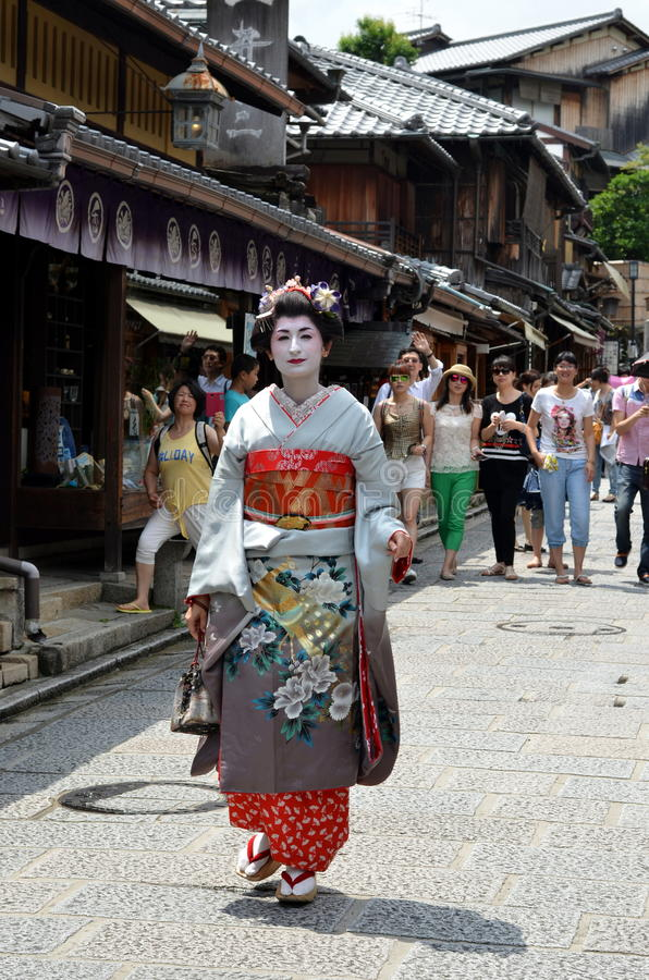 Maiko che cammina in via di Kyoto fotografia stock