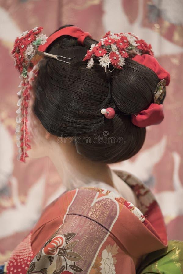Maiko lub gejsza w czerwonego kimono plecy oczepionej włosianej broszce z patte zdjęcie royalty free