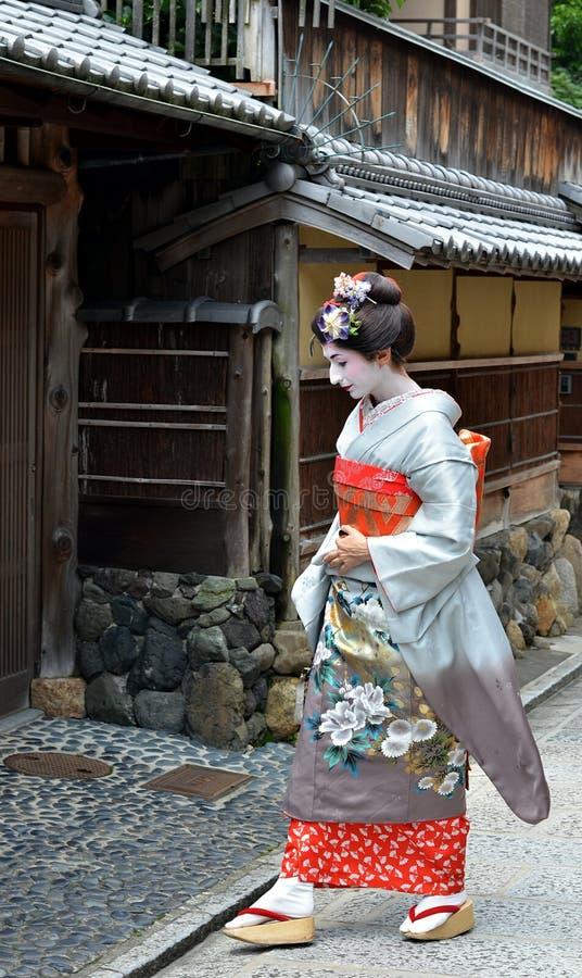 Maiko que anda na rua de Kyoto imagens de stock