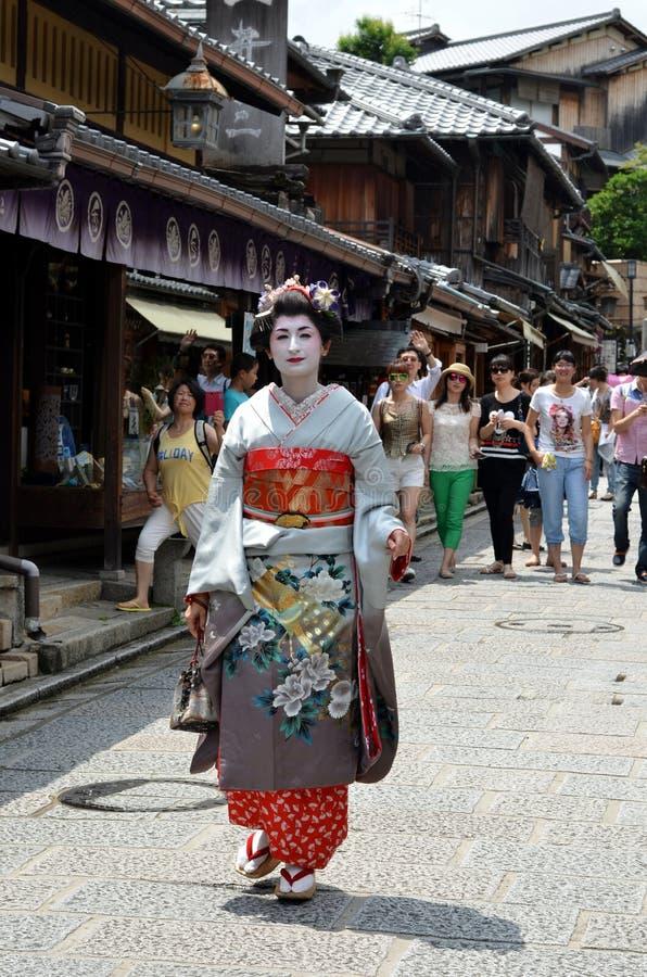 Maiko que anda na rua de Kyoto foto de stock
