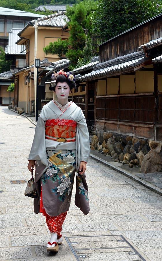 Maiko que anda na rua de Kyoto, Japão fotografia de stock royalty free