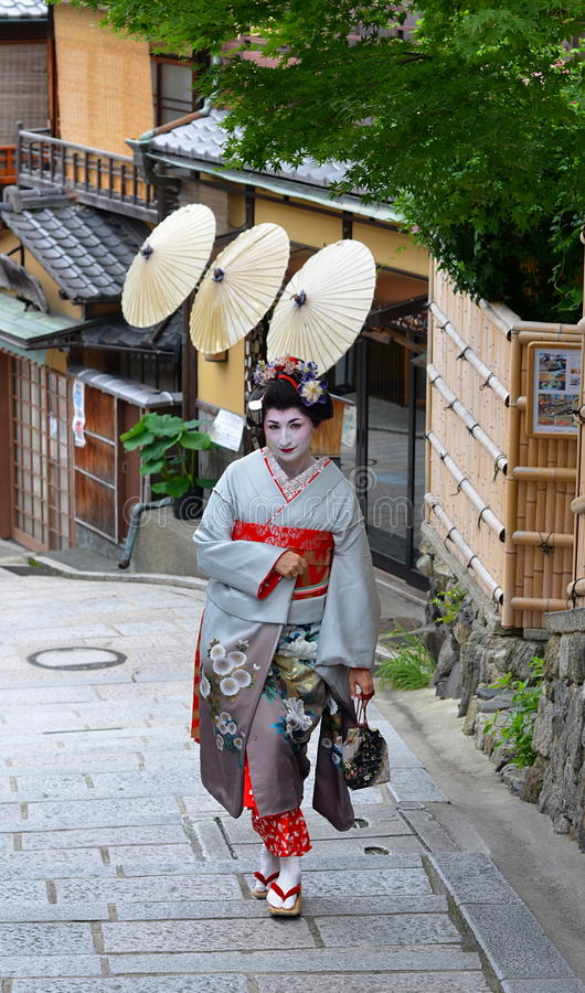 Maiko que anda na rua de Kyoto, Japão imagens de stock