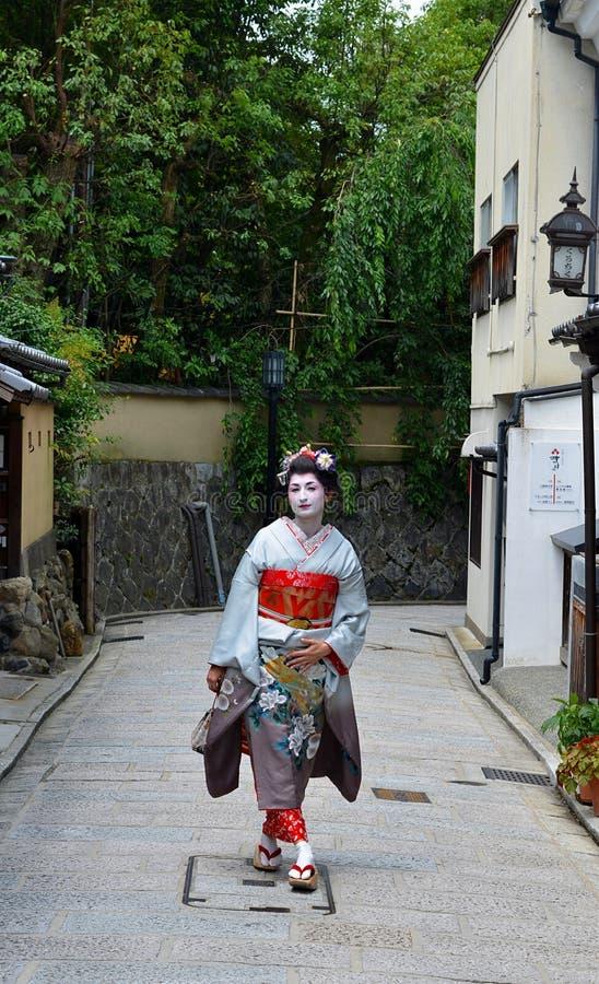 Maiko que anda na rua de Kyoto, Japão fotos de stock royalty free