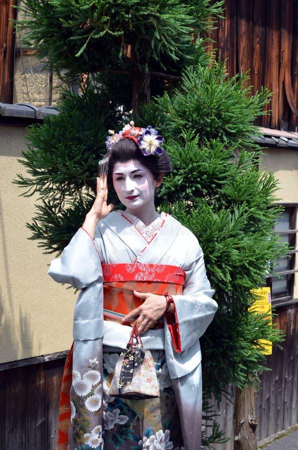 Maiko som går i Kyoto gata, Japan arkivfoton