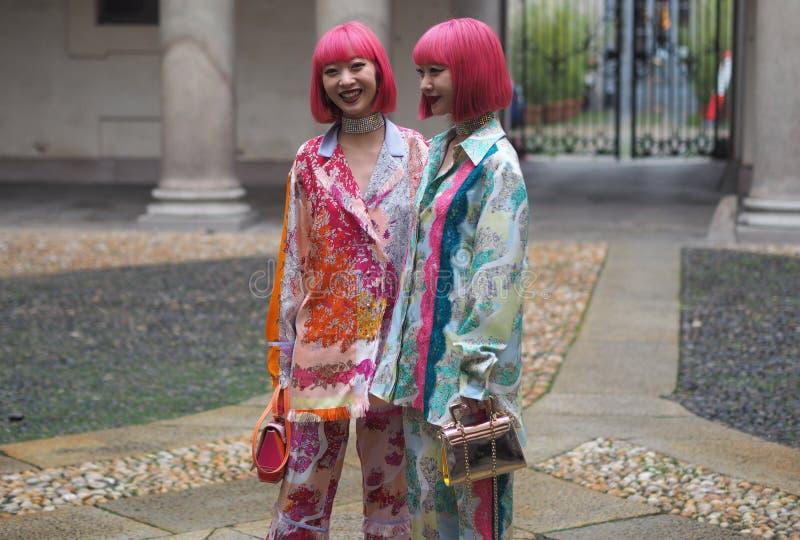 MAILAND - 22. FEBRUAR 2018: Zwei asiatische Frauen, die für Fotografen in ` Corso Magenta-` 24 vor EMILIO PUCCI-Modeschau, Mila a lizenzfreie stockfotografie