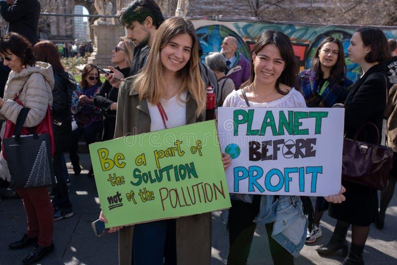 MAILAND, ITALIEN, 15/03/2019, Freitag für Zukunft, zwei Studentinnen und ihre Fahne für das Ereignis stockfotografie