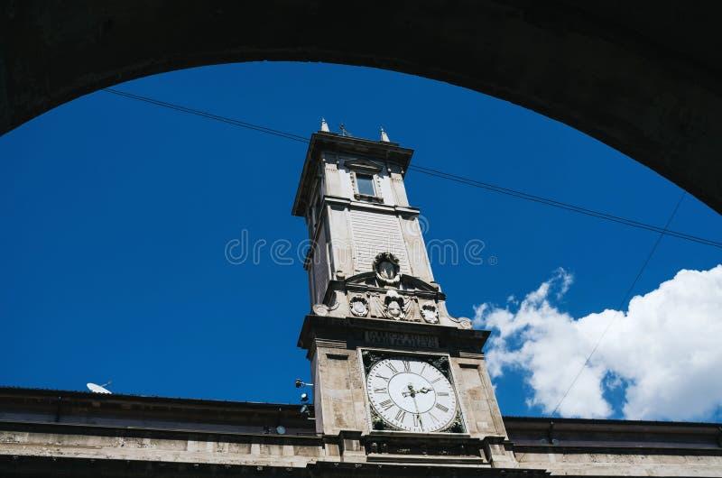 MAILAND, ITALIEN - 17. JUNI 2016: Ansicht der großen Uhr auf Marktplatz dei Mercanti (Marktplatz, ehemaliges Stadtzentrum in den  stockfoto