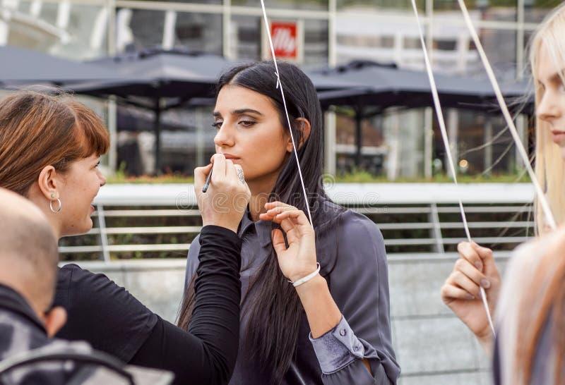 MAILAND, ITALIEN - 28. SEPTEMBER: Leute während Milan Fashions-Woche, Italien am 28. September 2017 Modeschau-Bühne hinter dem Vo stockfoto