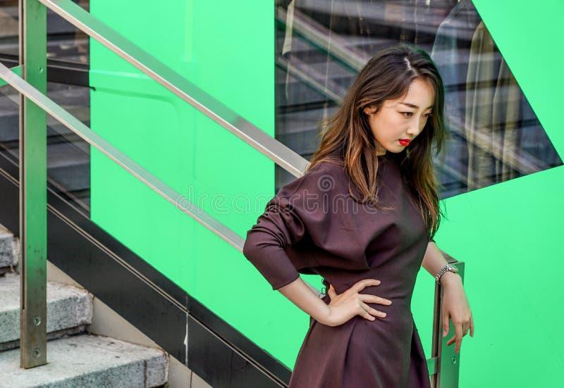 MAILAND, ITALIEN - 22. SEPTEMBER 2017: Moderne Modelle wirft auf der Straße am Modeschaugebäude während Milan Womens auf stockbild