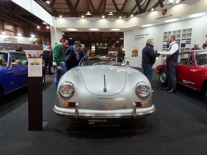 Mailand, Lombardei Italien - 23. November 2018 - Besucher von Ausgabe 2018 Autoclassica Mailand klassisches silbernes Porsche 356 stockbilder