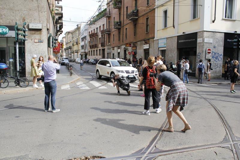 die Straßenartphotographen, die Linda-tol Mailand beschmutzen, arbeiten Wochenfrühlingssommer 2015 um lizenzfreies stockbild
