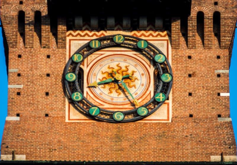 Mailand-Uhr des sforza Schlosses im Stadtzentrum stockbild