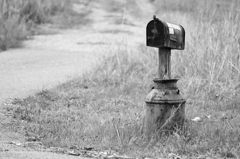 Mailbox in einem Milchkrug stockfotos