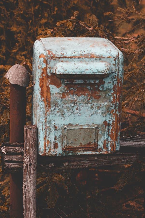 mailbox it& x27; la s ha fatto di metallo la pittura su quasi pelata Stando sulla via fotografie stock libere da diritti