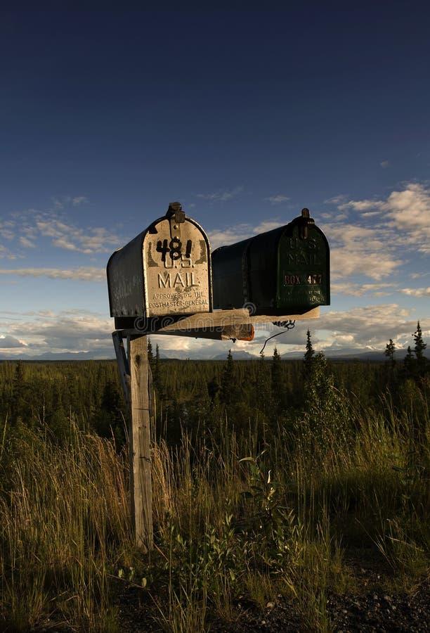 Mailboxes in der landwirtschaftlichen Landschaft in Alaska lizenzfreie stockbilder