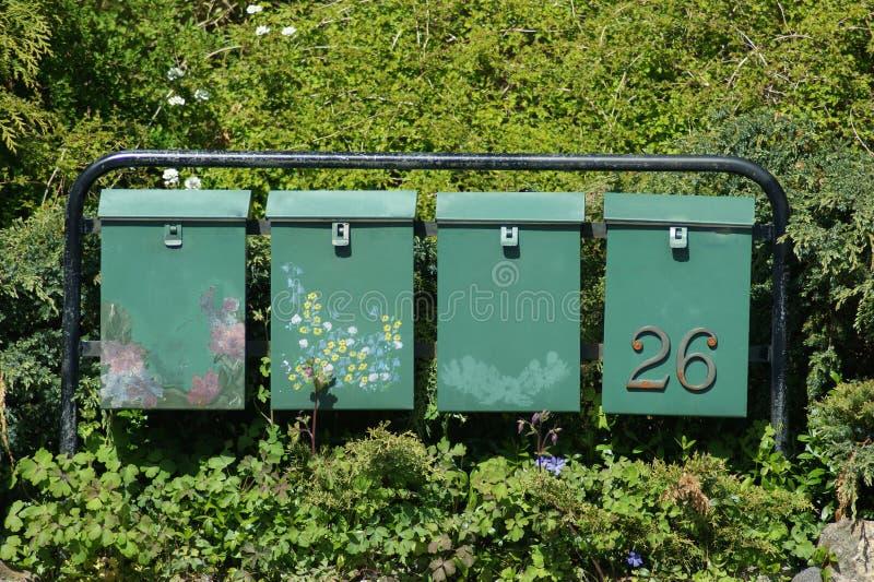 Mailboxes unter Blumen stockbild