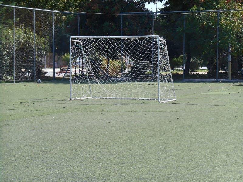 Maille de boule au milieu de l'au sol de football photos stock