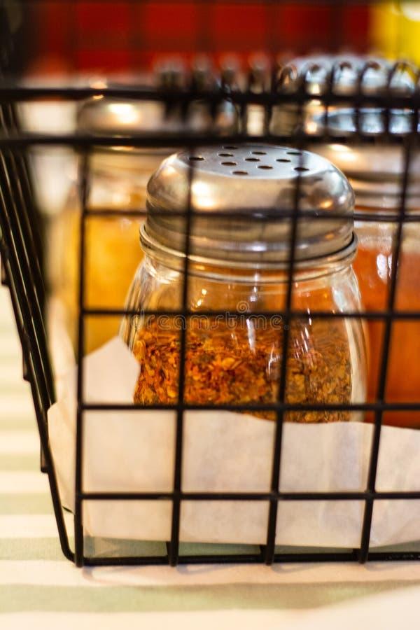 Maille en métal avec un bon nombre d'épices à l'intérieur photo libre de droits