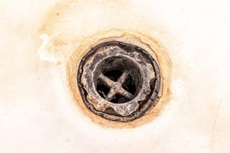 Maille extrêmement sale de drain de bain, trou couvert de limescale ou d'échelle et de rouille de chaux de fin, nettoyage calcifi photo libre de droits