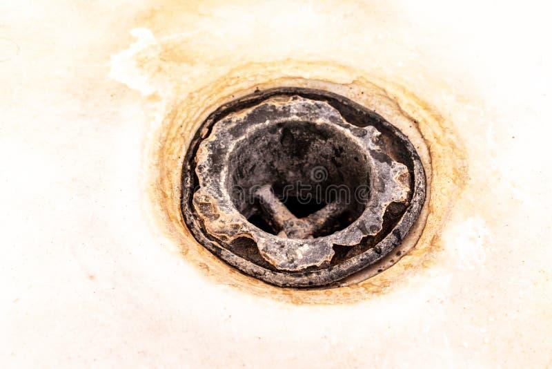 Maille extr?mement sale de drain de bain, trou couvert de limescale ou d'?chelle et de rouille de chaux de fin, nettoyage calcifi photographie stock libre de droits