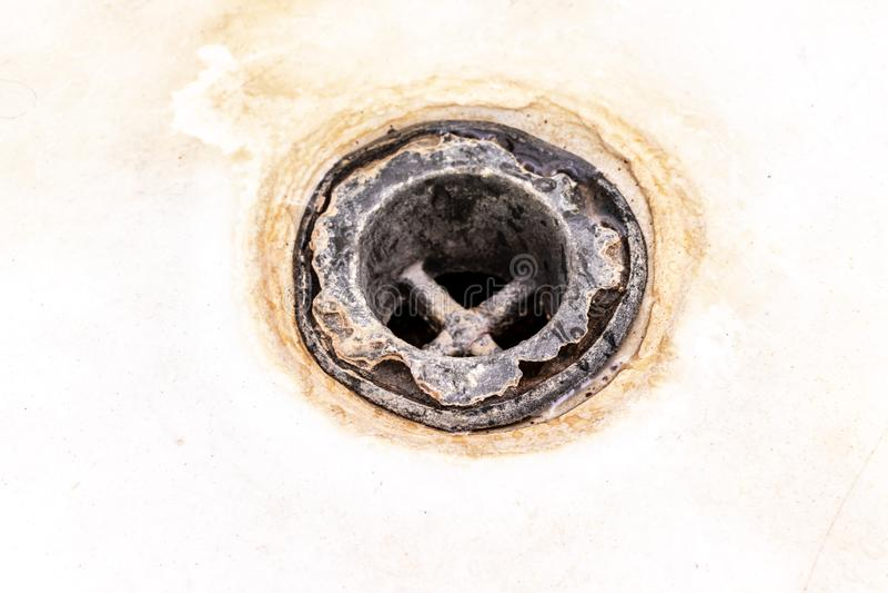 Maille extr?mement sale de drain de bain, trou couvert de limescale ou d'?chelle et de rouille de chaux de fin, nettoyage calcifi images stock