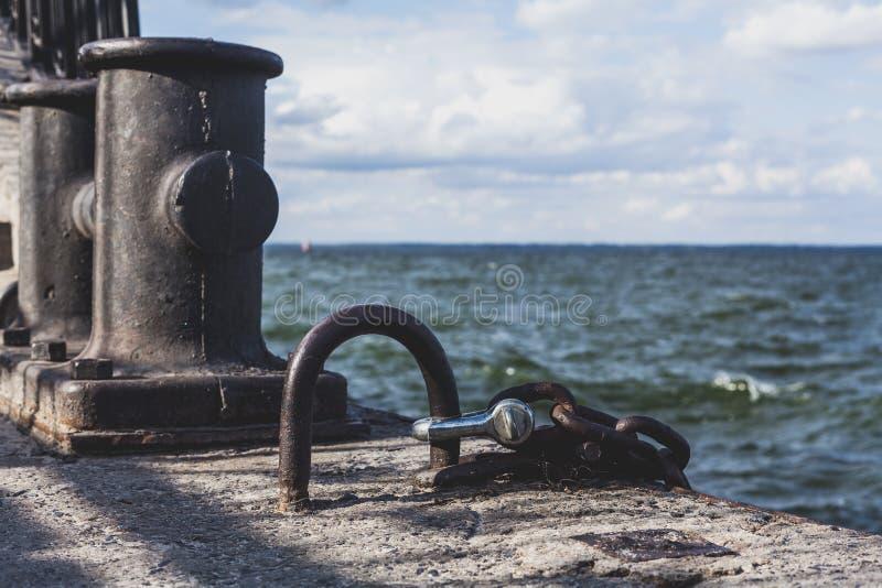 Maille puissante en métal et borne concrète sur le dock photographie stock