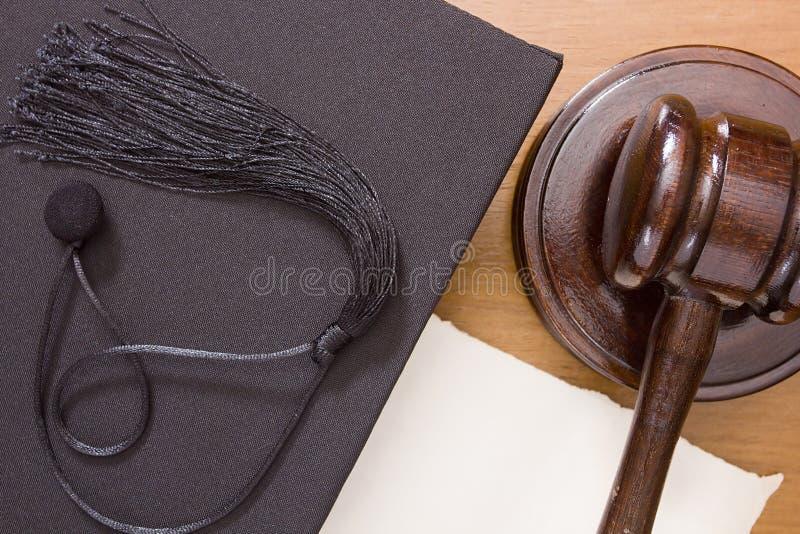 Maillet de marteau et chapeau d'universitaire photos libres de droits