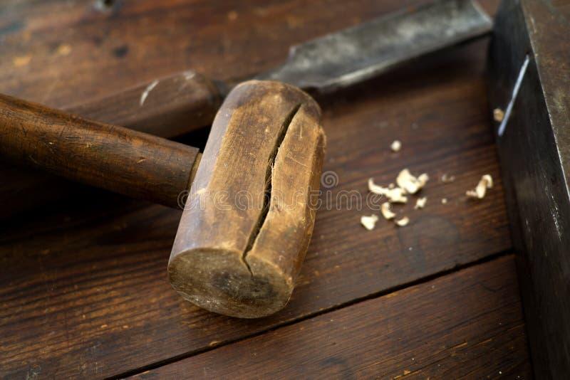 Maillet et burin en bois pour le bois sur le dessus de table en bois photos libres de droits