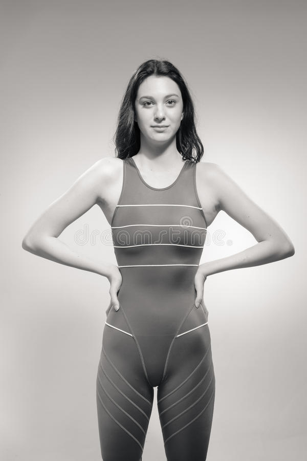 Maillot de bain fort de nageuse de jeune femme images libres de droits