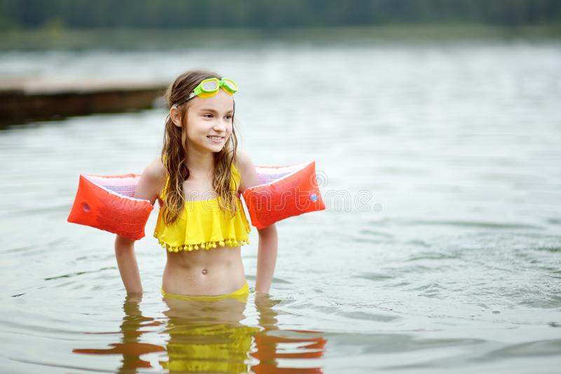 Maillot de bain de port mignon de jeune fille jouant par une rivière le jour chaud d'été Enfant adorable ayant l'amusement dehors photos stock