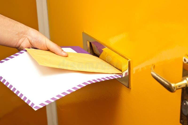 Mailman, der Post liefert lizenzfreies stockfoto