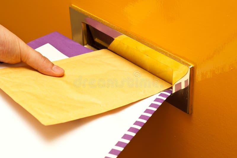 Mailman, der Post liefert lizenzfreie stockbilder