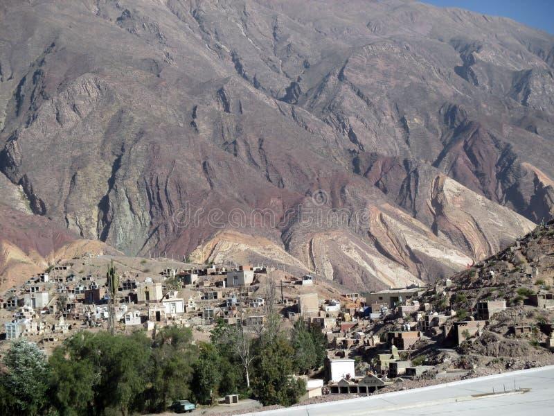 Maimarà ¡小镇的全景  位于阿根廷的北部的小镇Jujuy省的  图库摄影