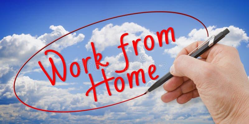 Main écrivant le travail de la maison - avec la nouvelle technologie que vous pouvez travailler à la maison - image de concept photos stock